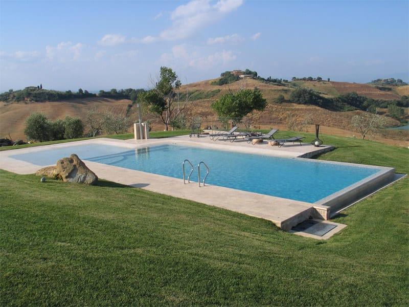 Piscina a sfioro con idromassaggio piscina con for Piscina con cascata