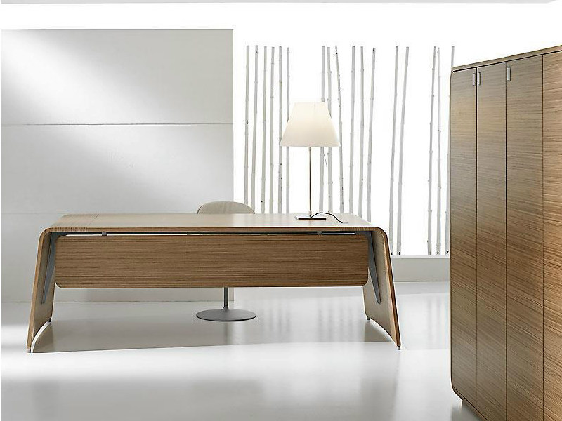 Rectangular wood veneer executive desk SESTANTE | Office desk - IFT