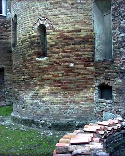Chiesa della Commenda, XIII sec. - Faenza (RA) - Abside, zona bassa muro in mattoni
