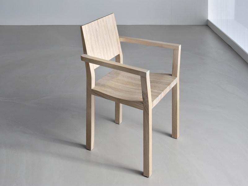 Solid wood chair with armrests TAU | Chair with armrests - vitamin design