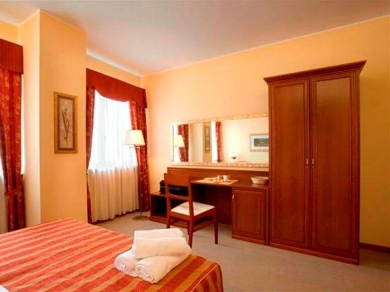 Melamine-faced chipboard wardrobe for hotel rooms ANTIQUA | Wardrobe for hotel rooms - Mobilspazio