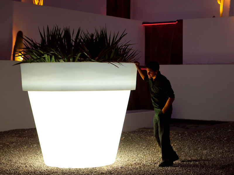 Polyethylene garden vase with Light MACETA by VONDOM