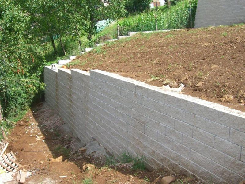 Muro in terra rinforzata con facciata in blocchi di cls - Blocchi cemento per giardino ...