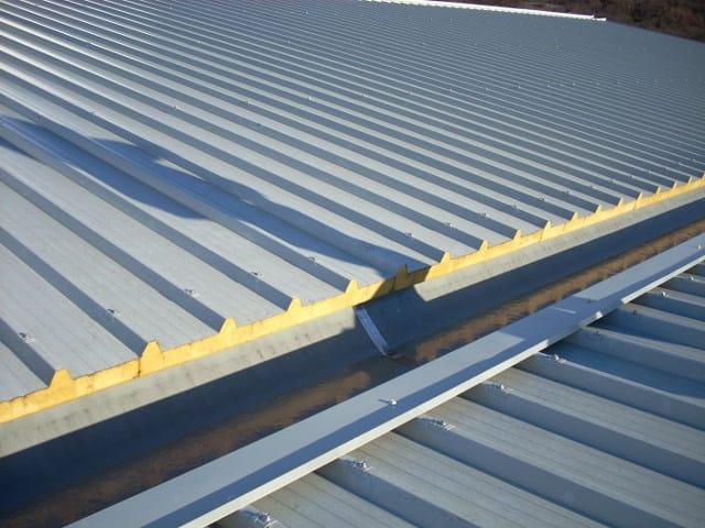 Pannello metallico coibentato per copertura alutech dach for Lamiera grecata finto coppo