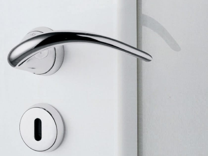 Brass door handle with lock SINN - KLEIS