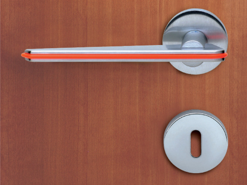 Door handle on rose with lock TRATTO - KLEIS