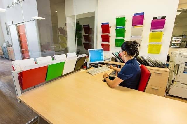 Vaschetta portadocumenti inuno barra da scrivania by studio t - Portadocumenti per ufficio ...