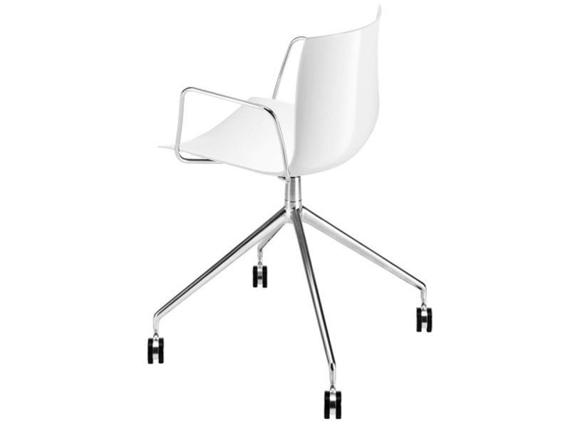Trestle-based chair with armrests with casters CATIFA 46 | Chair with casters - Arper
