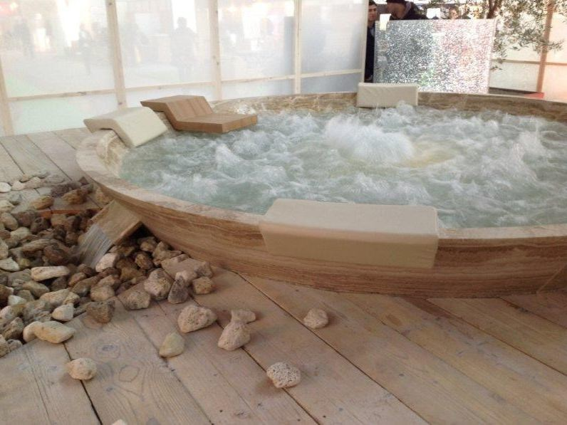 Natural stone hot tub 4-seats Hot tub by INDALO PISCINE