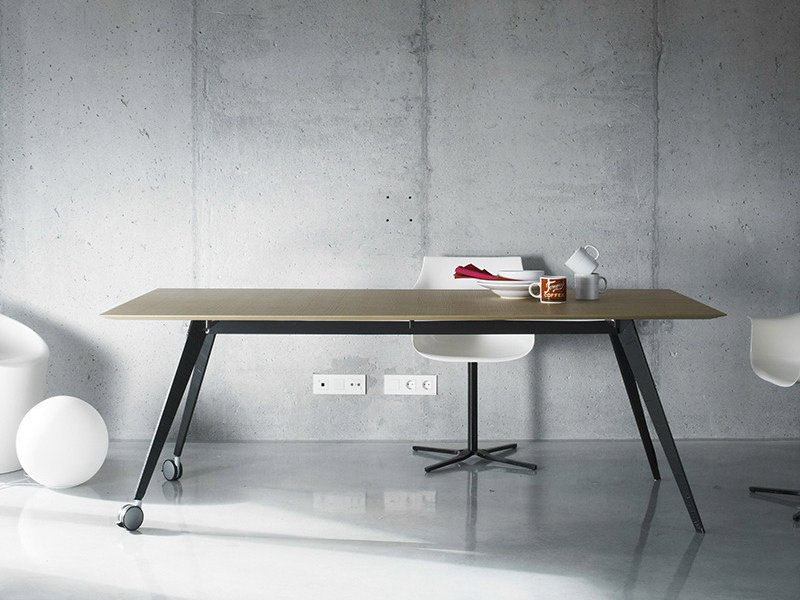 Wooden office desk with casters AISE | Office desk with casters by TREKU