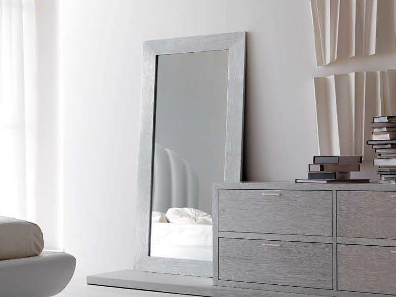 Specchio da terra con cornice arka cortezari for Specchio girevole da terra
