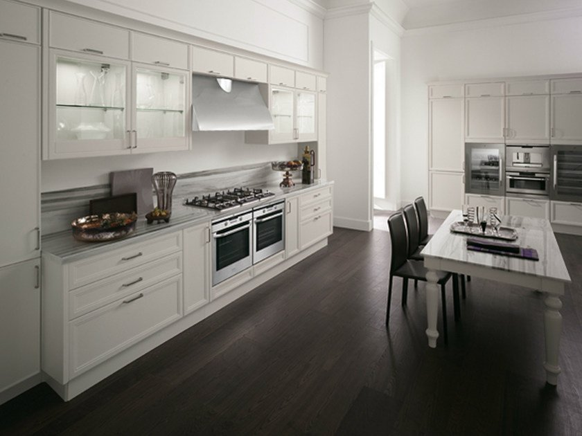 Lacquered linear kitchen with handles