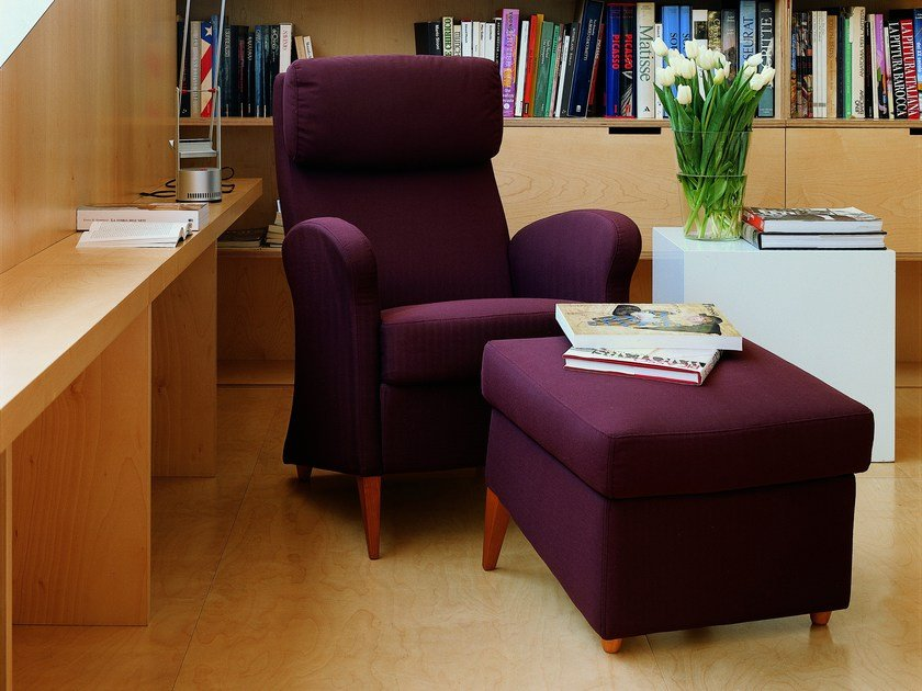 Armchair with armrests with headrest