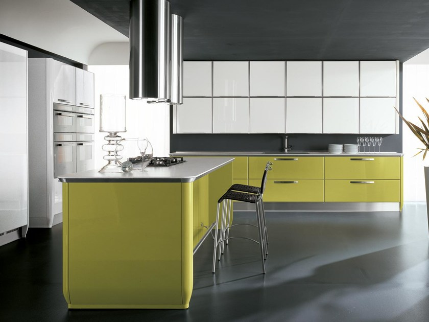 Lacquered fitted kitchen