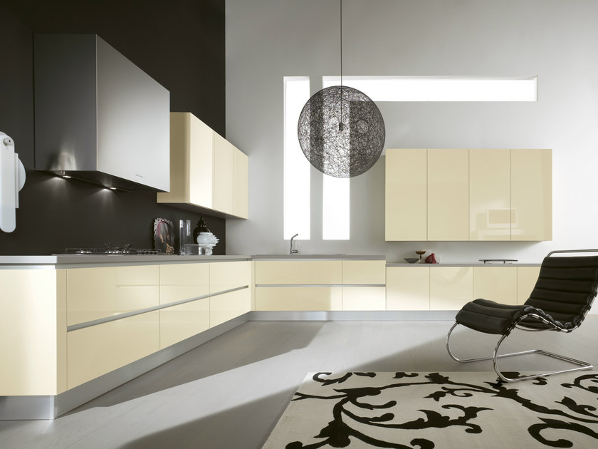 Lacquered kitchen with integrated handles