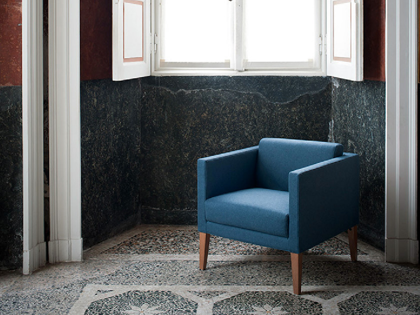 Upholstered armchair with armrests with removable cover COMPACT | Armchair - Tacchini Italia Forniture