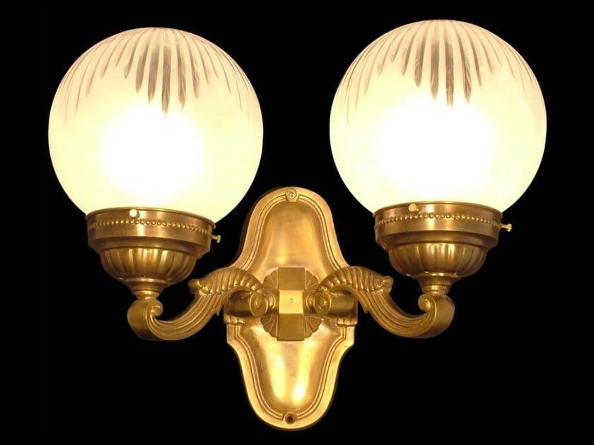 Lampada da parete a luce diretta fatta a mano in ottone SOLO B VI - Patinas Lighting