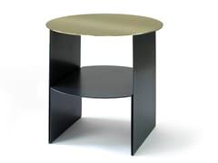 Tavolino rotondo in ottone e lamiera con portarivistePASSAGE | Tavolino in ottone - CAUSSA