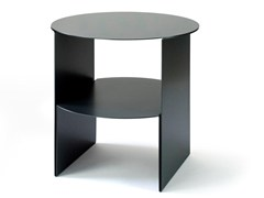 Tavolino rotondo in lamiera con portarivistePASSAGE | Tavolino in lamiera - CAUSSA
