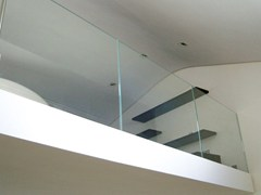 Parapetto in vetro per finestre e balconiParapetto per finestre e balconi - CAPOFERRI SERRAMENTI