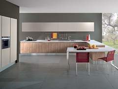 - Wooden fitted kitchen with peninsula AGORÀ - Oikos Cucine