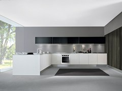 - Lacquered fitted kitchen with peninsula AREA | Lacquered kitchen - Oikos Cucine