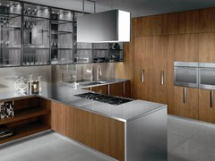 Cucina in legno con maniglie
