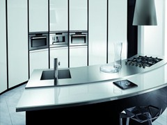 Cucina laccata in vetro laccato con maniglie