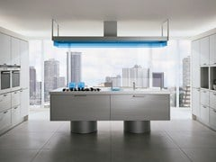 Cucina laccata con isola con maniglie