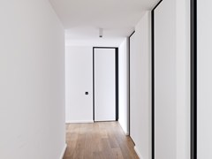 Porta a bilico in HPL con cerniere a scomparsaSVD BKO - ANYWAY DOORS