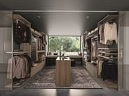 Varius free walk-in-closet with free-standing Atollo drawer unit in Eucalipto melamine.