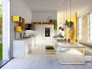 Code featuring Arctic white high-gloss lacquered doors and curry yellow lacquered open units.