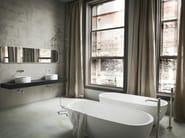 Freestanding oval Korakril™ bathtub