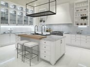 Lacquered kitchen with island with handles