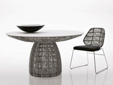 Mesa redonda de polietileno para jardín CRINOLINE | Mesa