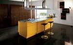 VENUS in laccato lucido giallo curry e piano di lavoro in acciaio