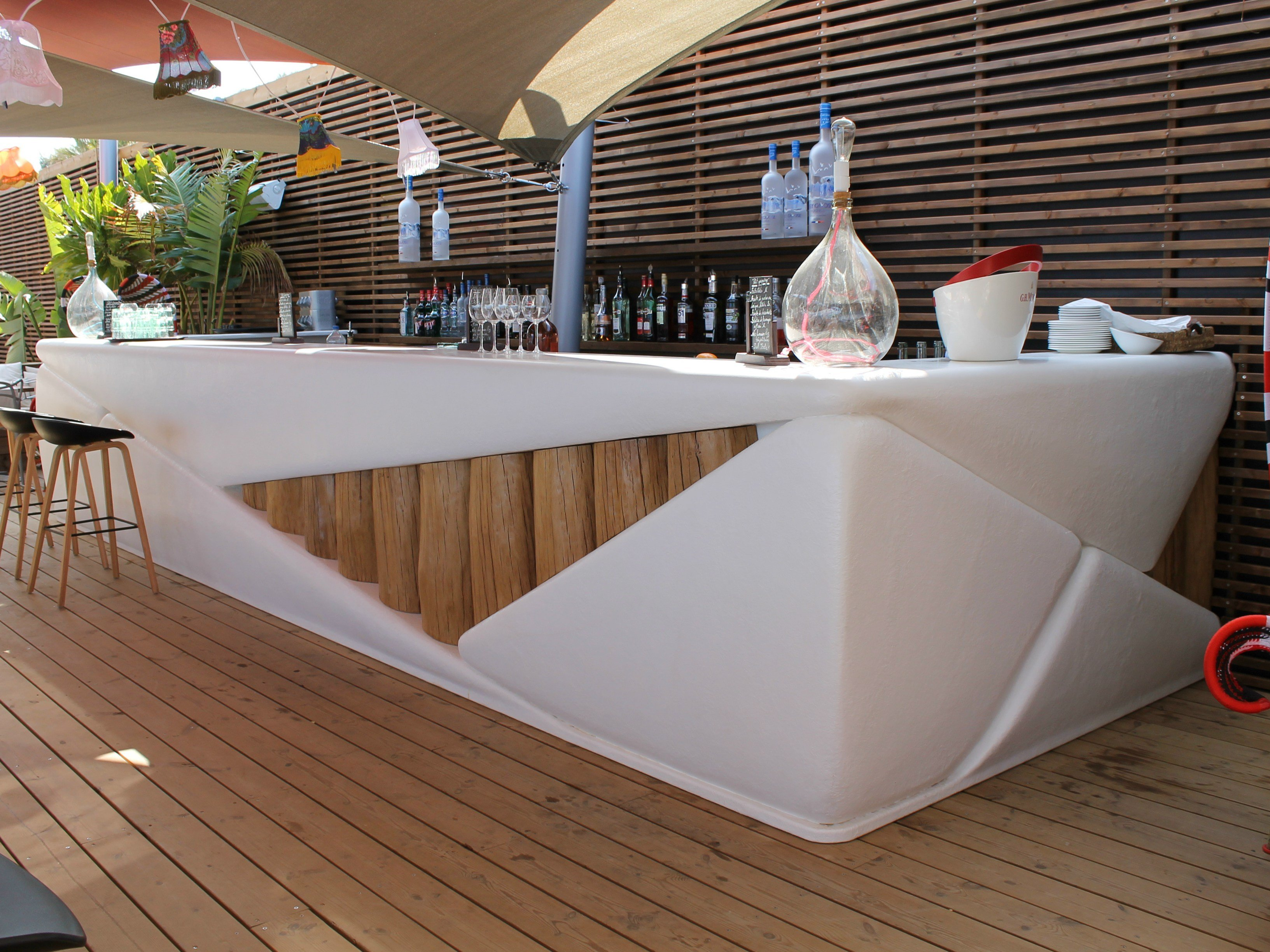 Balc o de bar de resina bar bond by binome design ingrid michel fr d ric pain for Siege de bar design