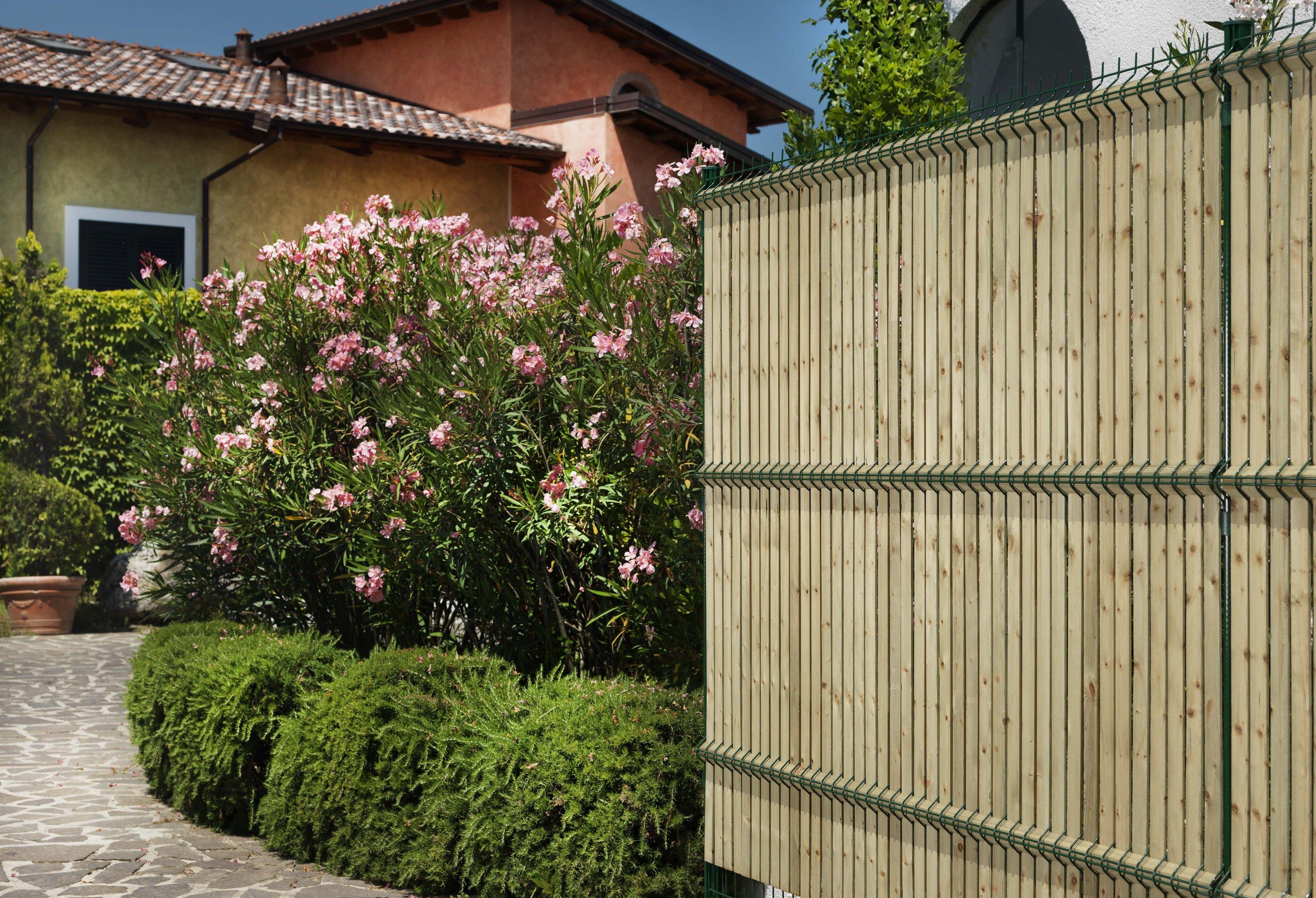 Recinzione paravista in legno bekafor collfort by betafence italia - Recinzione per giardino ...