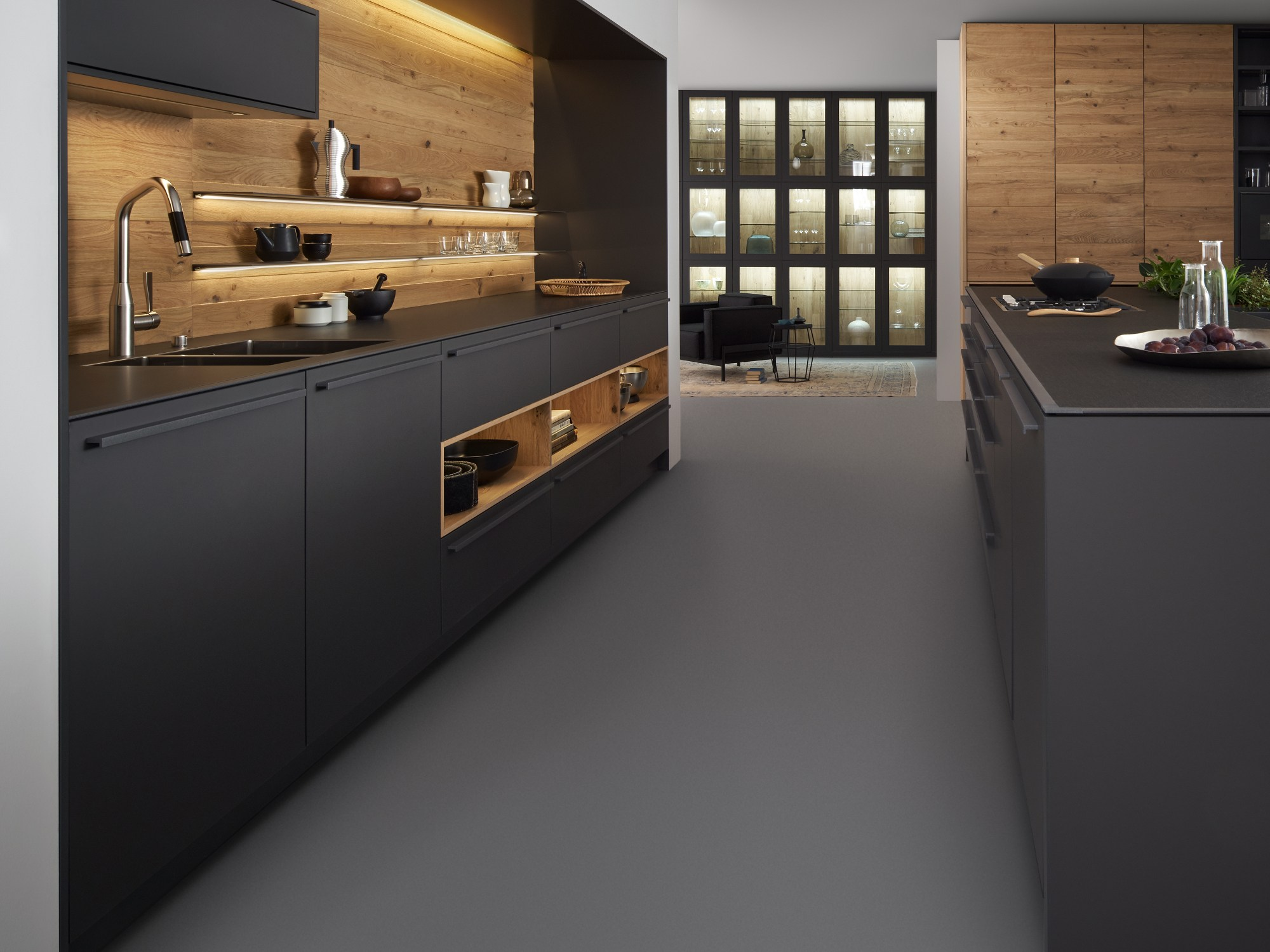 cucina in legno massello con isola bondi valais by leicht k chen. Black Bedroom Furniture Sets. Home Design Ideas