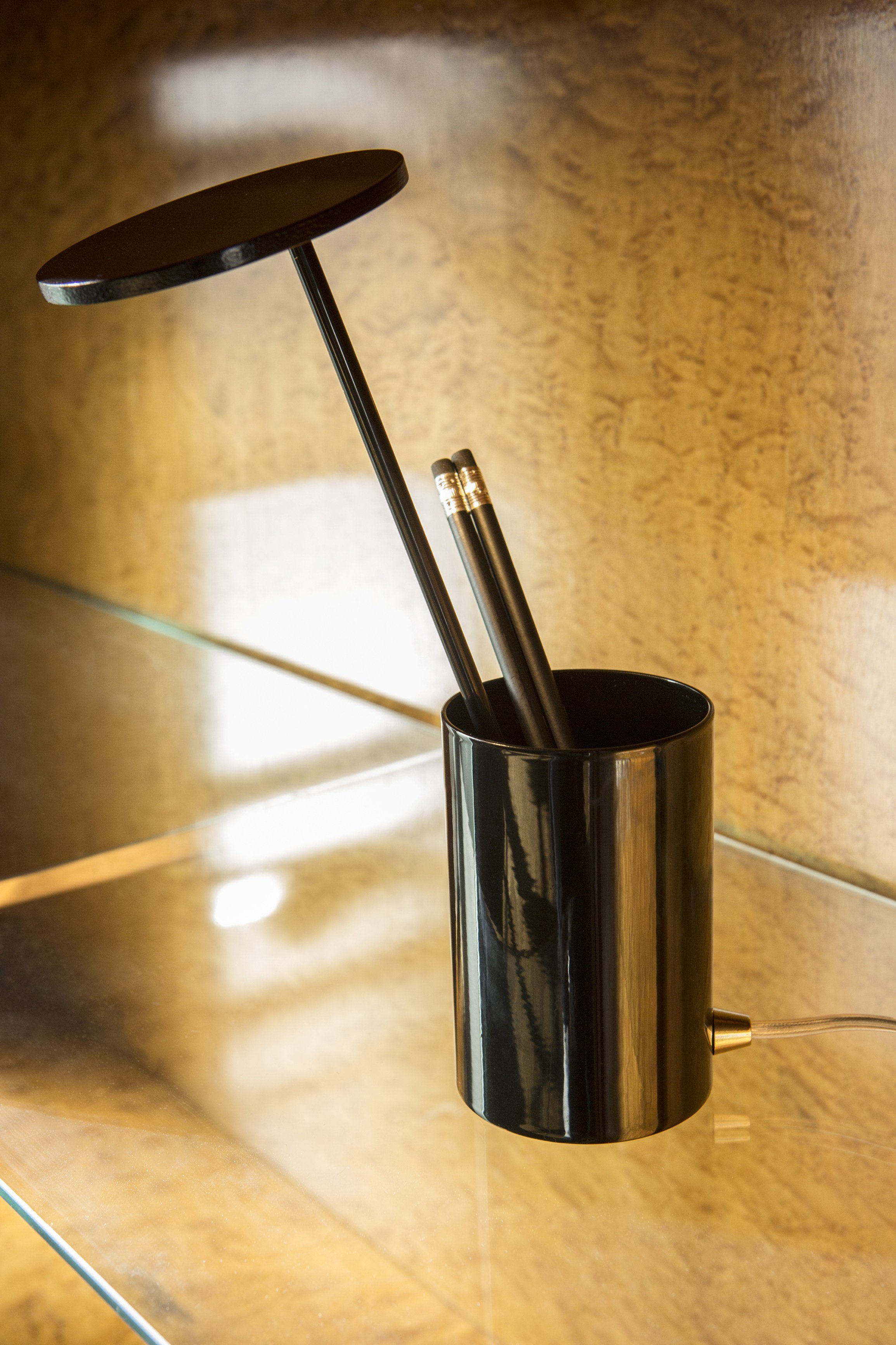 aluminium table lamp pen holder e t by formagenda design benjamin hopf. Black Bedroom Furniture Sets. Home Design Ideas