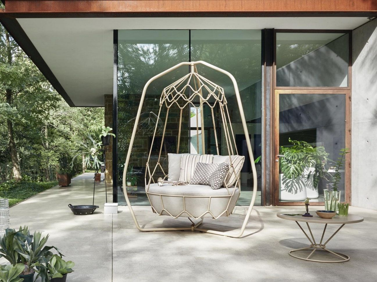 Gravity steel garden swing seat by roberti rattan design - Mobilier jardin design roberti rattan ...