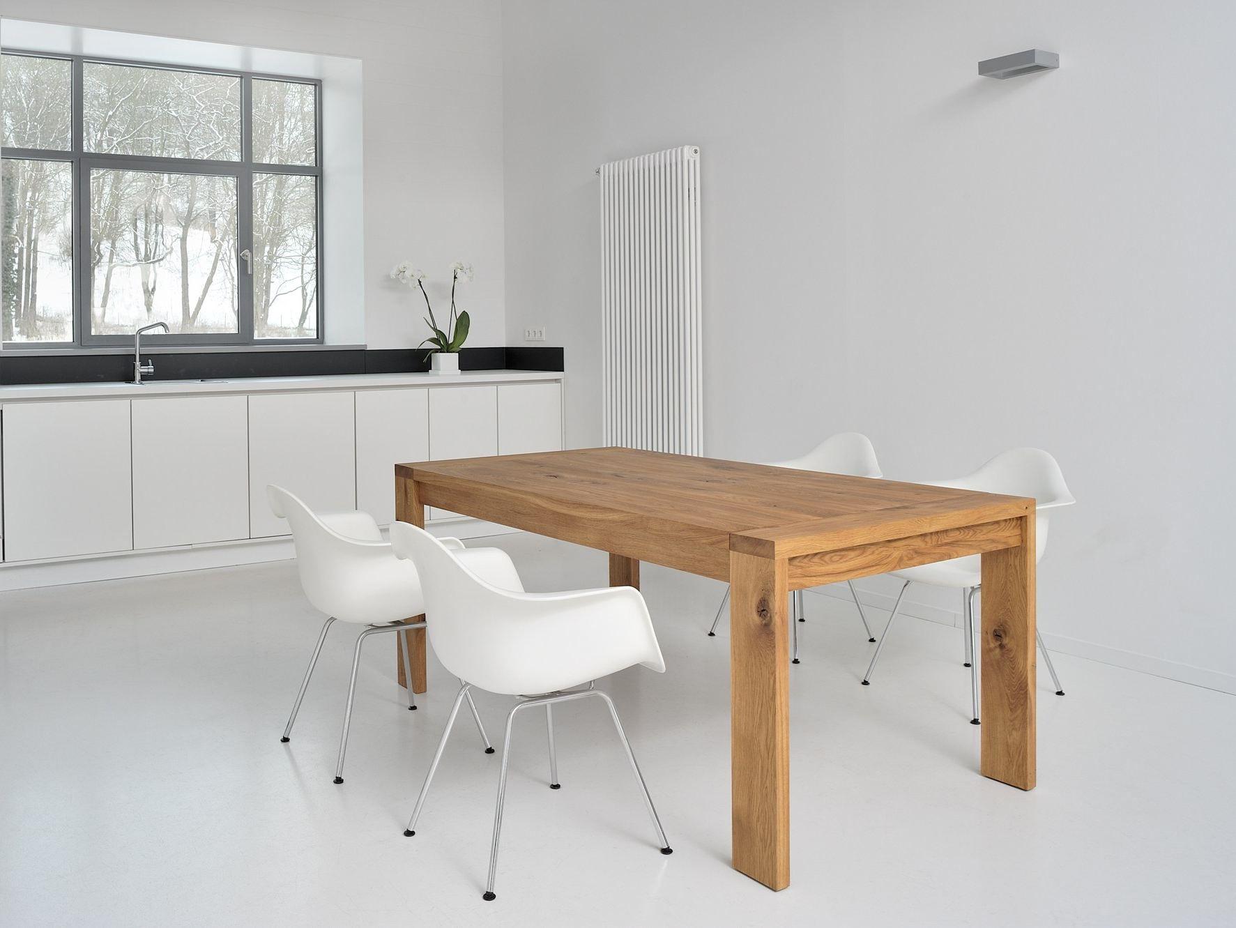 Tavolo allungabile in legno massello lungo by vitamin for Tavolo in legno design