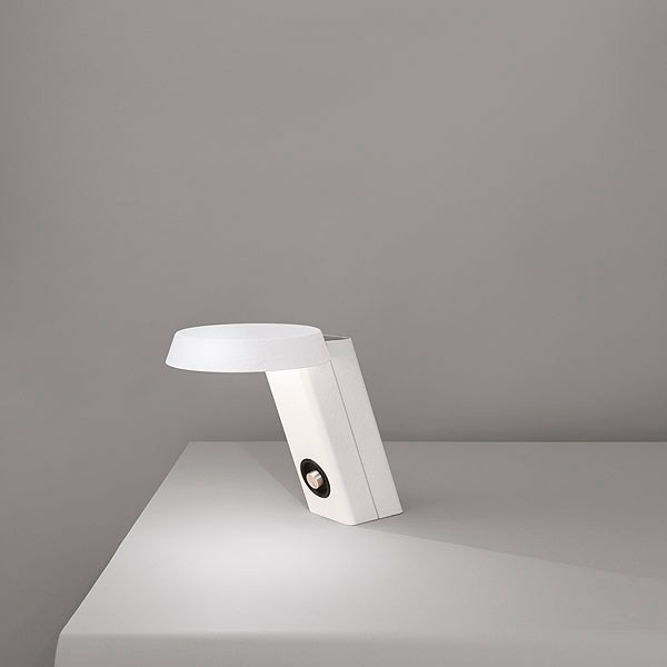 Lampada da scrivania a led in alluminio mod 607 by flos for Lampada led da scrivania