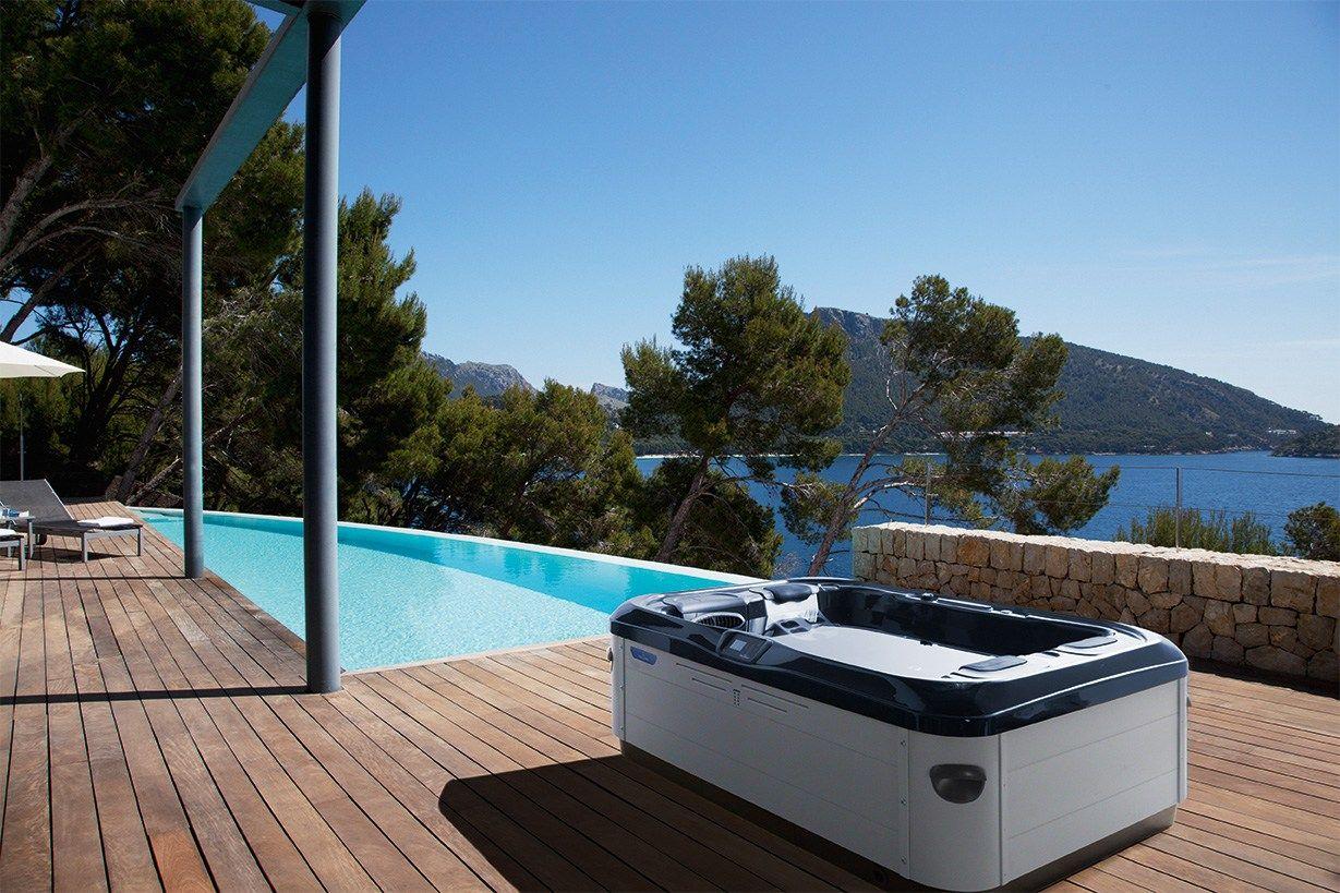 Mini piscina by villeroy boch for Disenos de jacuzzis exteriores