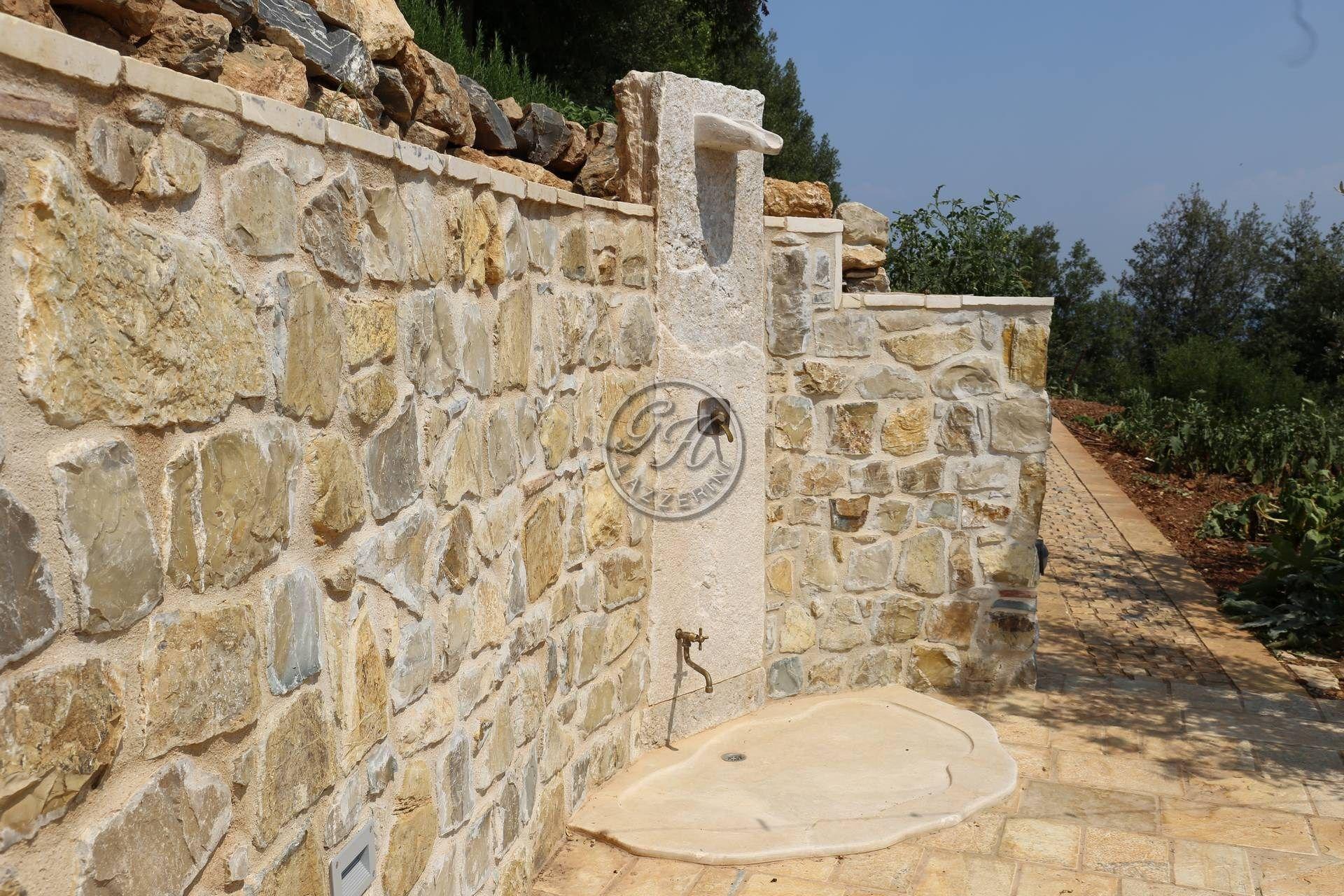Douche de jardin en pierre naturelle By GH LAZZERINI