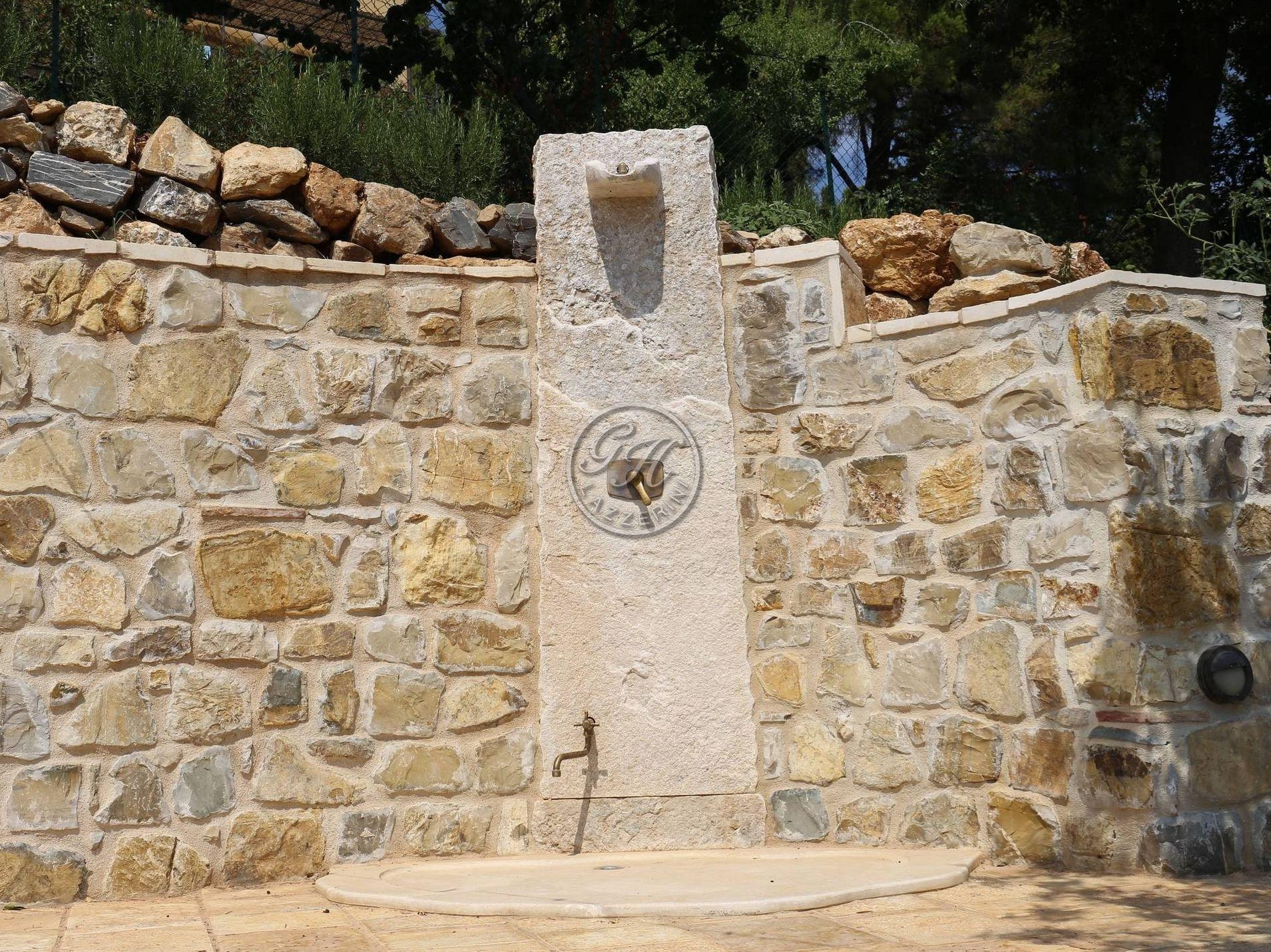 Doccia esterna in pietra naturale by Garden House Lazzerini