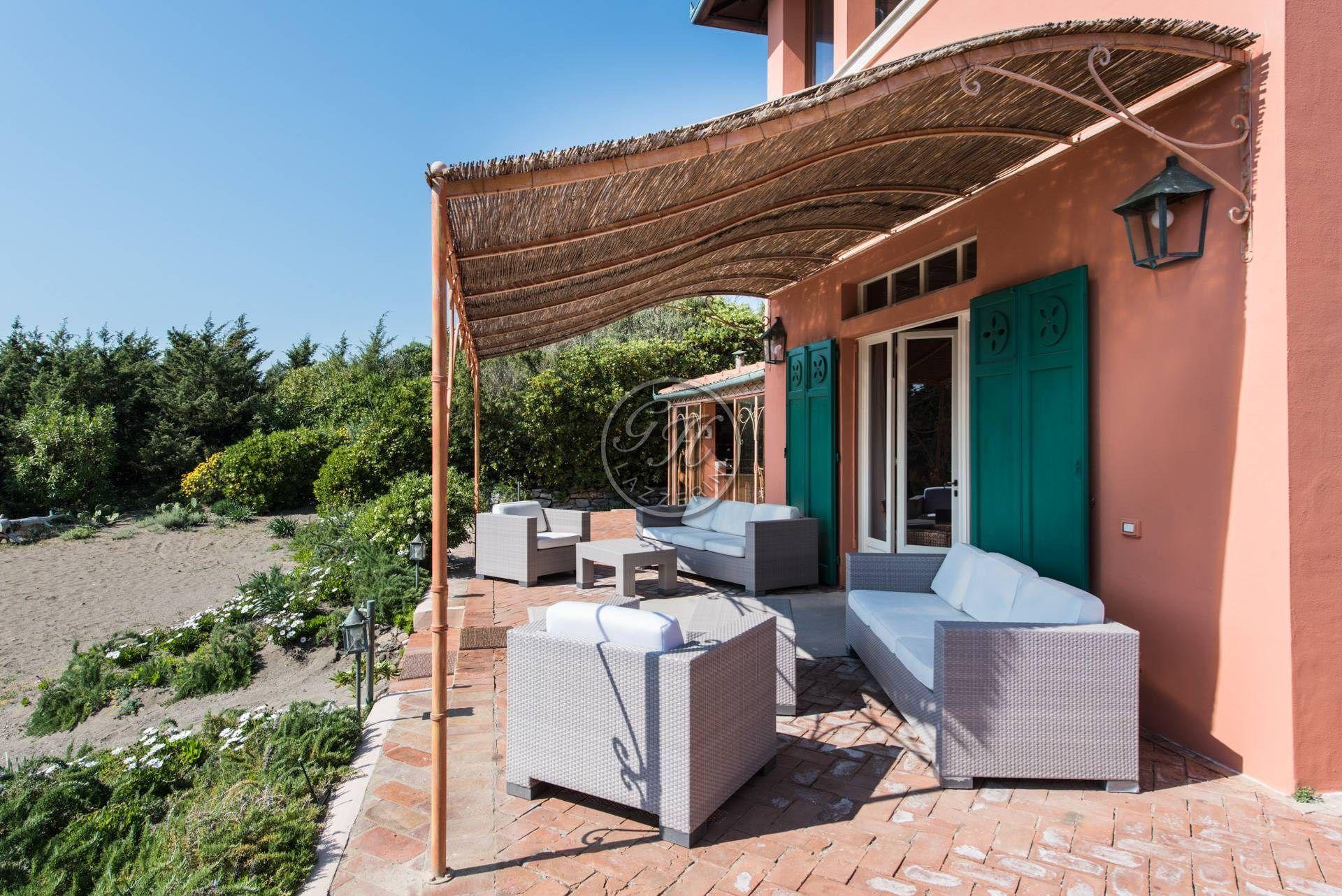 Pergolas de hierro forjado terraza rstica con muebles de - Pergola de hierro ...
