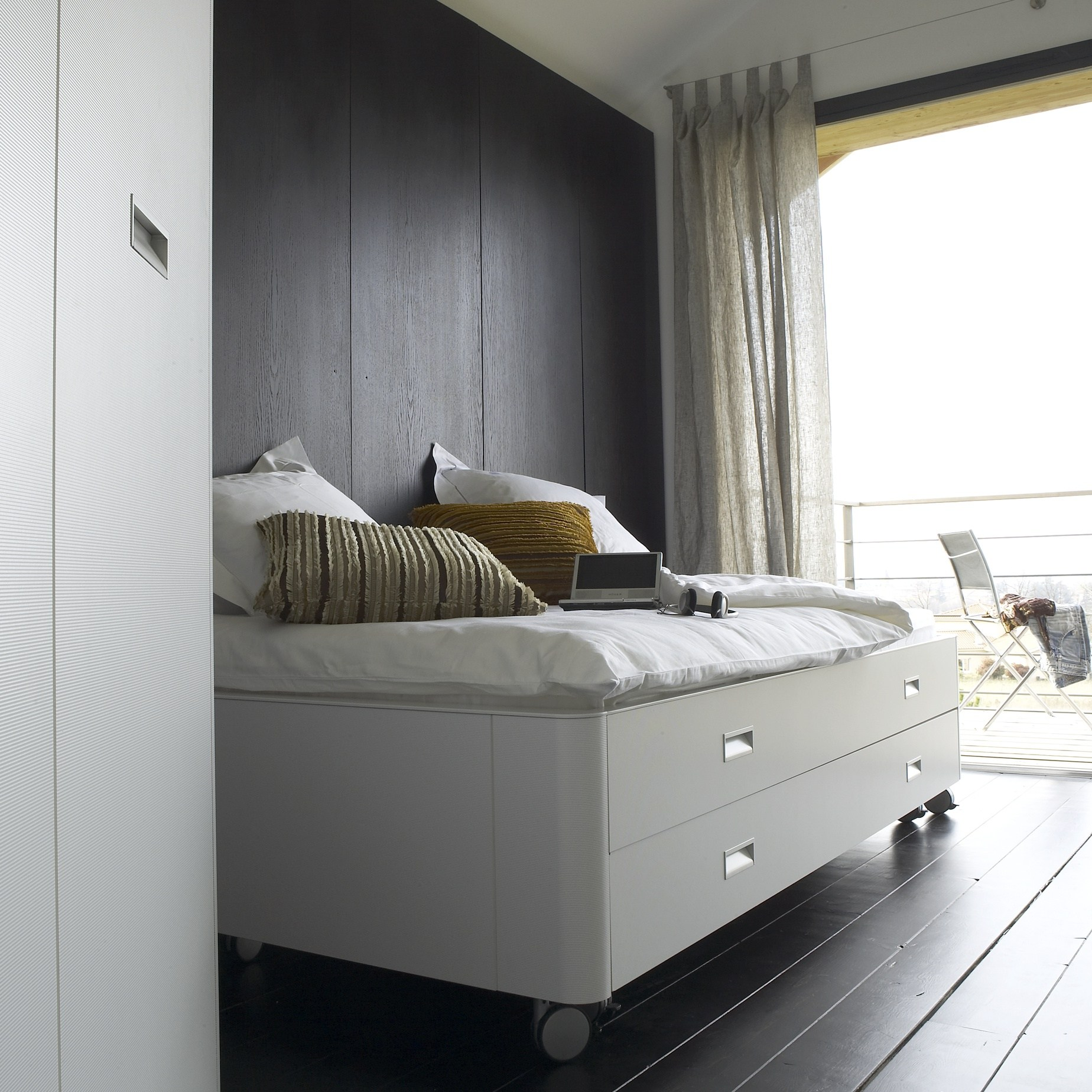storage bed travel studio by roset italia design pagnon et pelha tre design. Black Bedroom Furniture Sets. Home Design Ideas