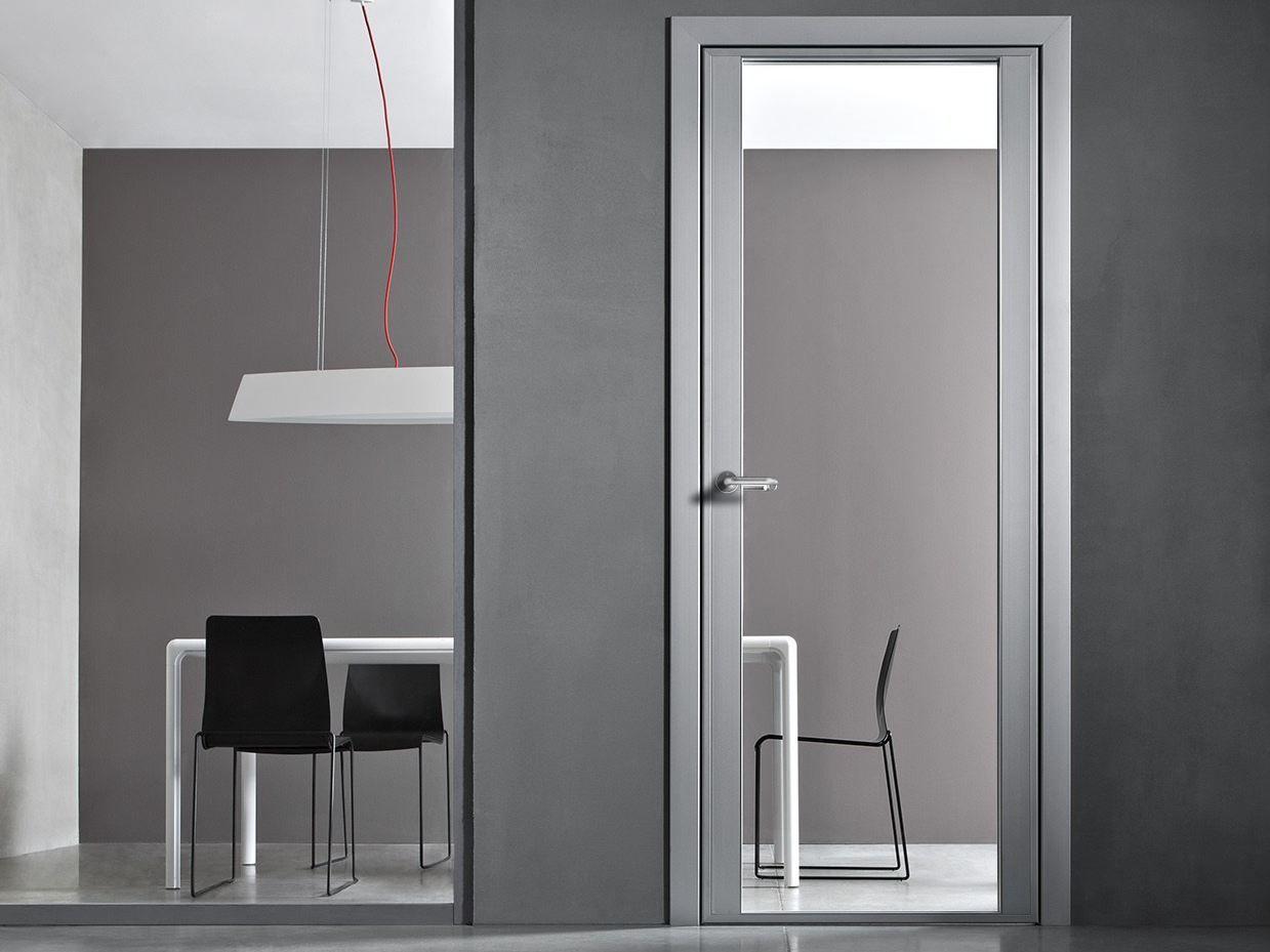 Puerta batiente en aluminio y vidrio con bisagras ocultas for Puertas de metal con vidrio