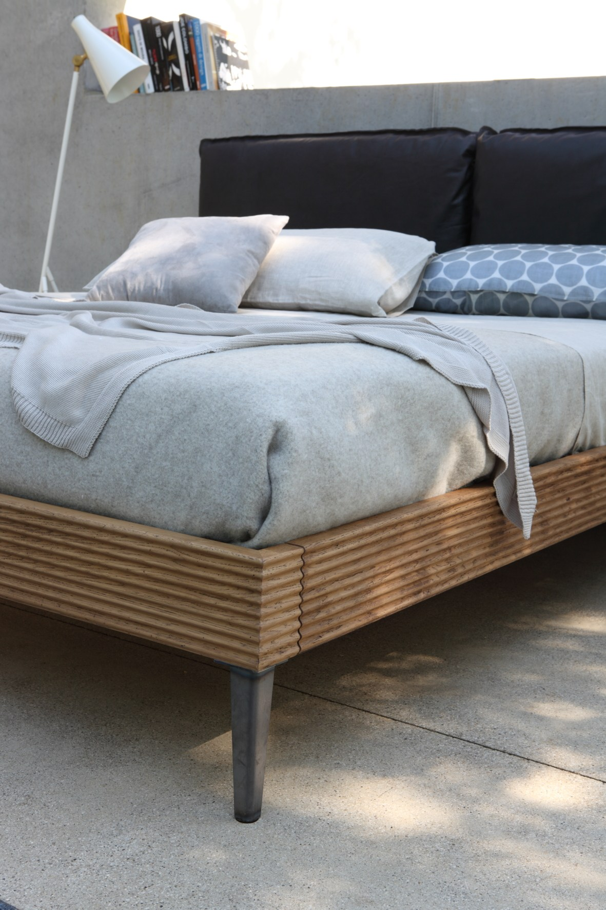 bett mit polsterkopfteil by devina nais. Black Bedroom Furniture Sets. Home Design Ideas